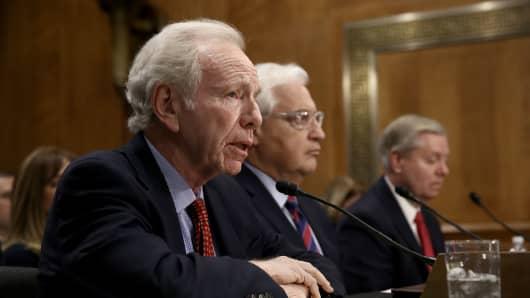 Former U.S. Sen. Joe Lieberman (L)
