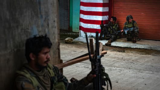 Soldiers take positions while evading sniper fire on May 25, 2017 in Marawi city, southern Philippines.