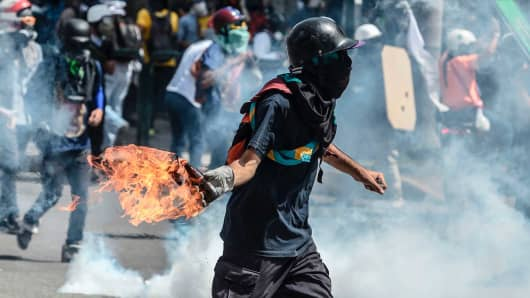 Opposition demonstrators and riot police clash in Caracas, on May 26, 2017.