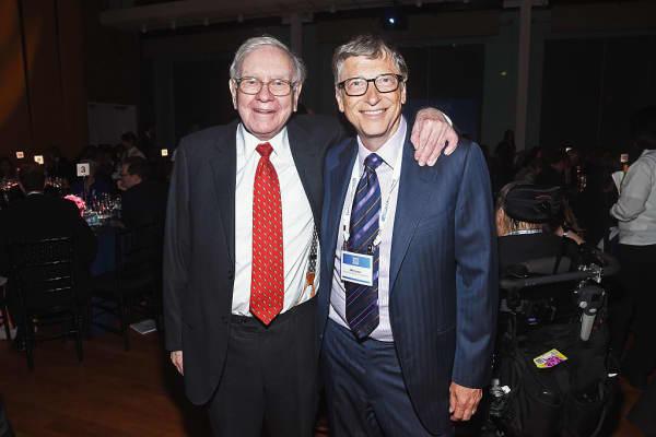 Warren Buffett y Bill Gates son amigos y voces principales que promueven la filantropía.