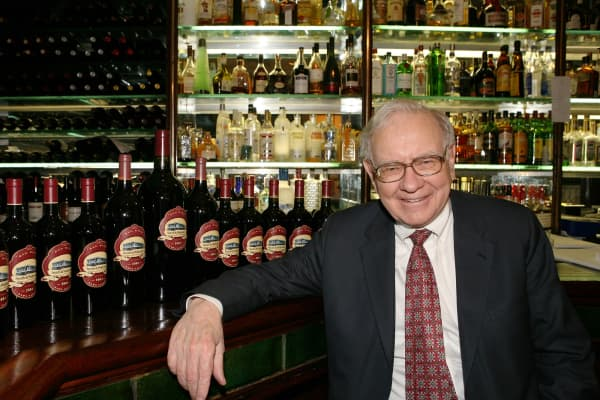 Buffett at the Smith & Wollensky steakhouse in 2007. That year an investor paid $620,100 for the privilege to eat with the Berkshire Hathaway CEO.