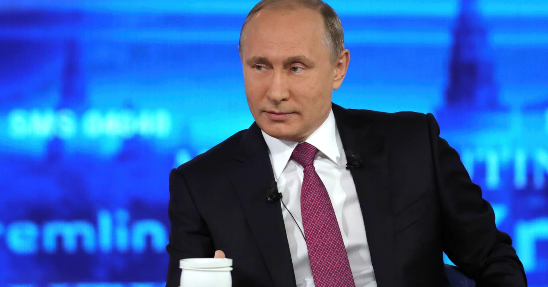 Putin compares former FBI Director Comey to NSA leaker Snowden, offers asylum