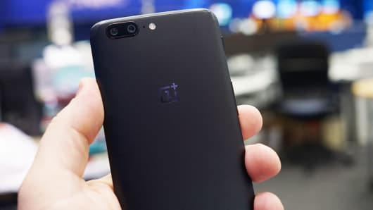 OnePlus overstated the performance of a new OnePlus 5 in benchmarks