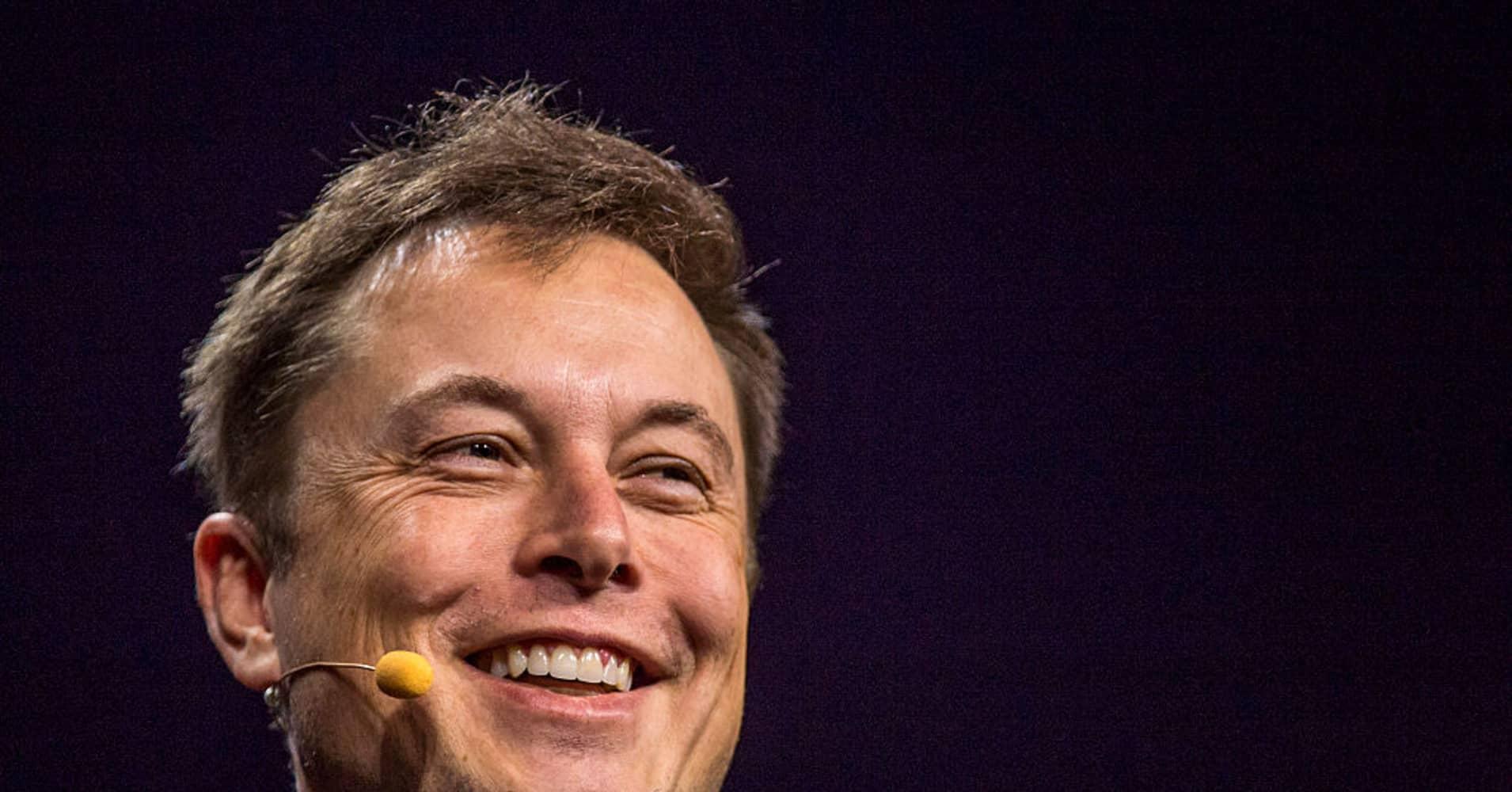 Jeff Bezos Tweets Elon Musk About Spacex Falcon Heavy Rocket Launch