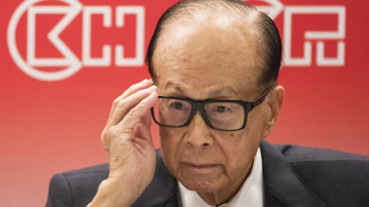 Billionaire Li Ka-shing, chairman of CK Hutchison Holdings and Cheung Kong Property Holdings, adjusts his glasses during a news conference in Hong Kong, China, on Wednesday, March 22, 2017.