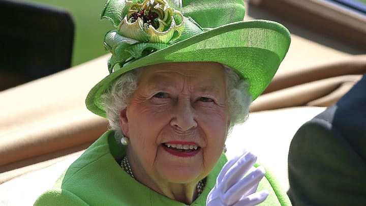 Britain S Queen Elizabeth Ii Waves As She Travels By Horse Drawn Carriage To Arrive On