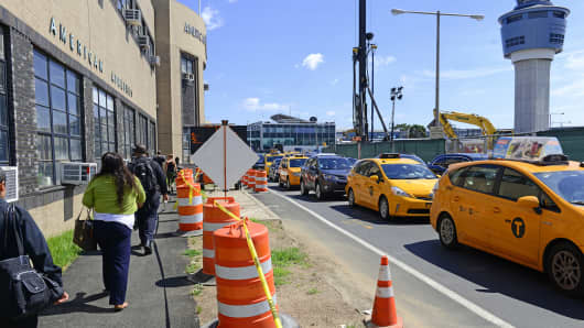 Traffic delays and construction at LaGuardia Airport (LGA) in New York has resulted in massive inconvenience and missed flights for many airline passengers.