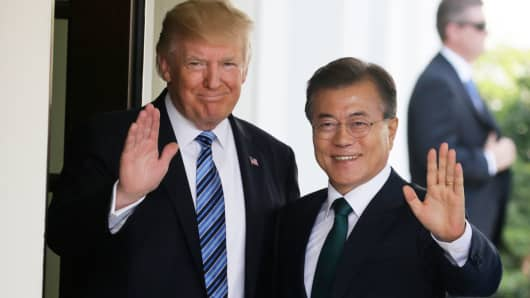 President Donald Trump (L) welcomes South Korean President Moon Jae-in at the White House in Washington, June 30, 2017.