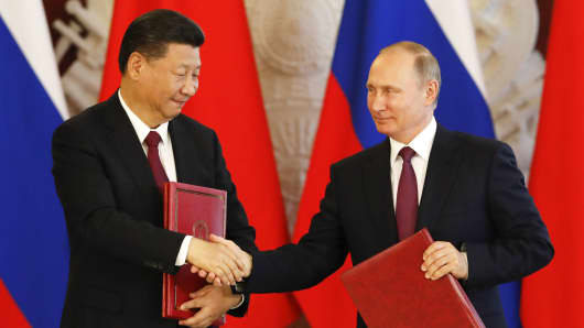Russian President Vladimir Putin (R) shakes hands with his Chinese counterpart Xi Jinping during a signing ceremony following the talks at the Kremlin in Moscow, Russia July 4, 2017.