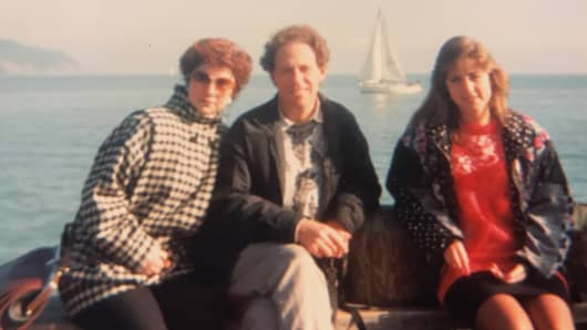 Alexandra Shapiro (right) with her parents in 1992.
