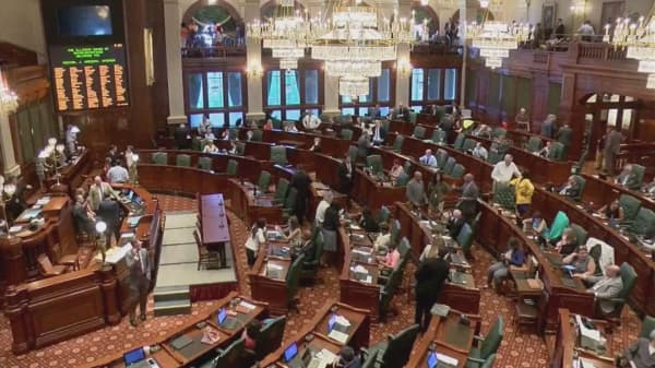 Contentious end to Illinois budget impasse turns threatening