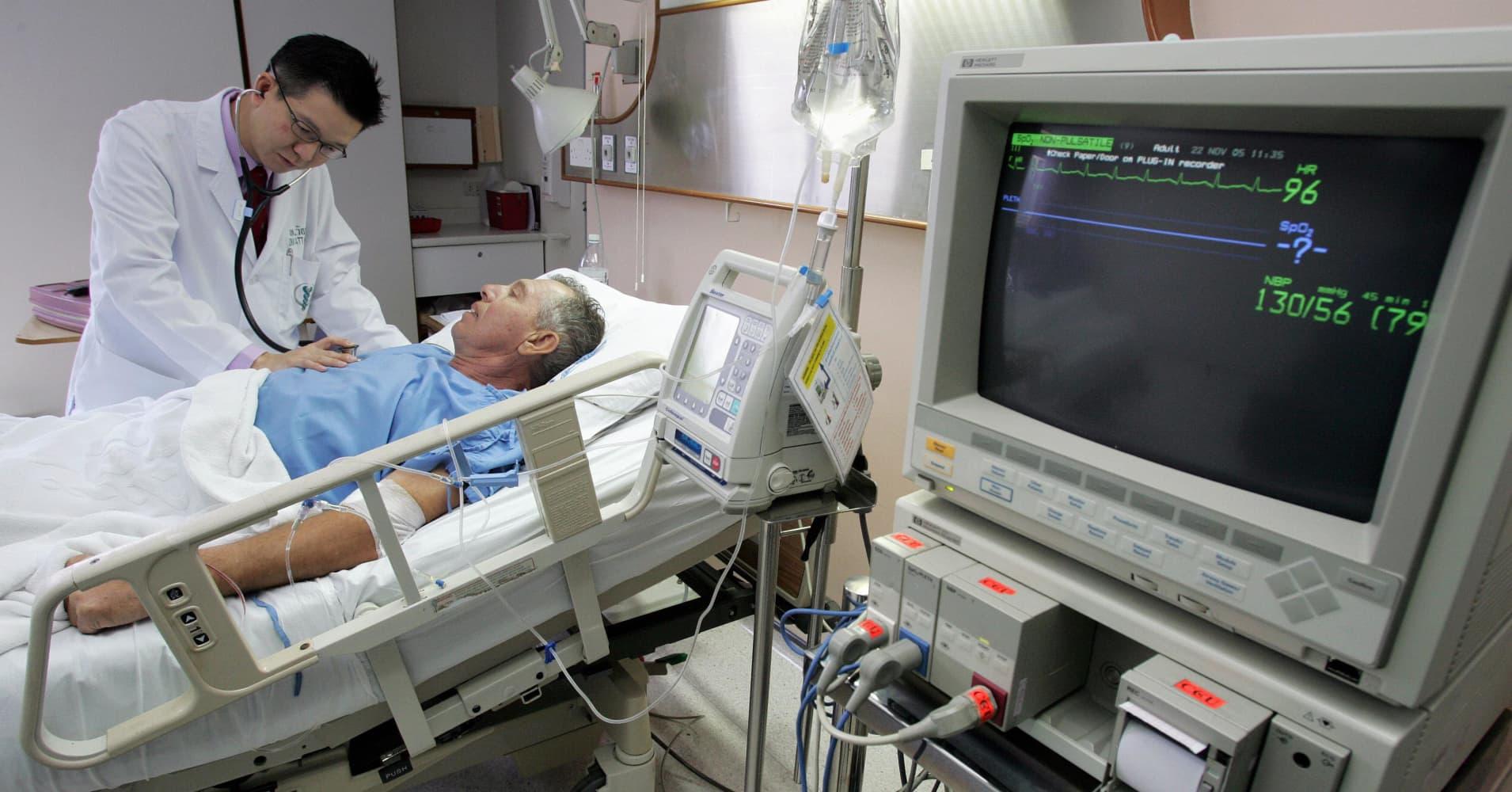 hai cardiologist Wattanaphol Phipatananunth (L) checks a Norwegian patient at cardiology ward of Bumrungrad International Hospital in Bangkok