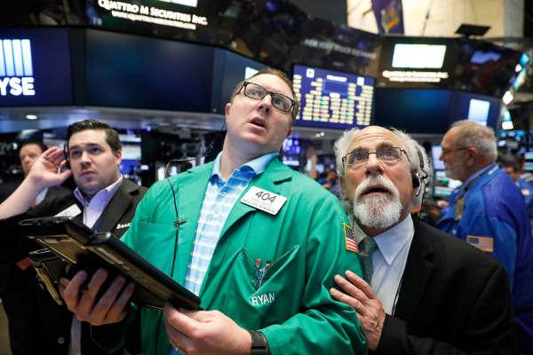 As ações da Apple subiram cerca de 6 por cento na quarta-feira, colocando a Dow Jones a uma distância impressionante de 22 mil pontos.
