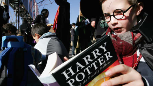 Harry Potter fans rush to read the opening lines of the new and final novel by author J.K. Rowling, 'Harry Potter and the Deathly Hallows'.
