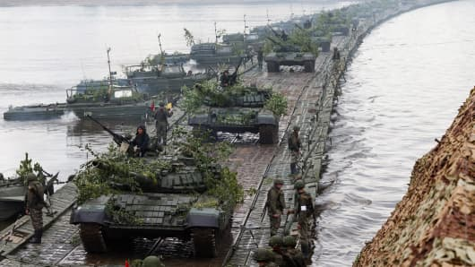 T-72B1 battle tanks take part in military exercises near Murom as part of an operational meeting of the Russian Armed Forces top officials.