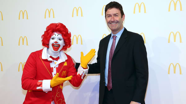 Steve Easterbrook, CEO McDonald, poses with Ronald McDonald.
