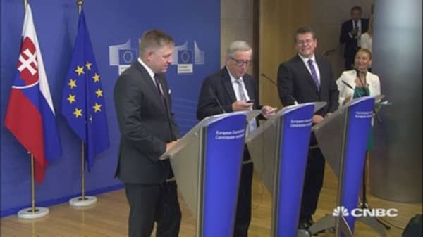 Merkel calling! EC chief Juncker's phone interrupts press conference
