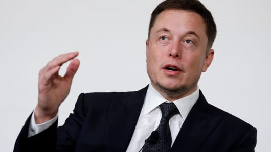 Elon Musk accidentally tweets his cell number