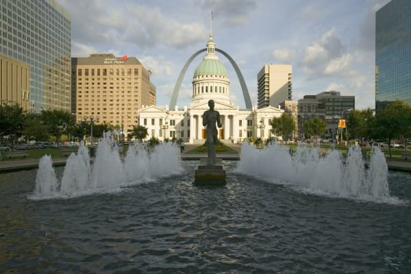 """The Runner"" in front of the Old Courthouse and Gateway Arch in St. Louis"