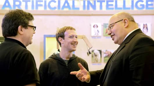Facebook founder and chief Mark Zuckerberg (C) speaks to German Chief of Staff Peter Altmaier (R) at the so-called 'Facebook Innovation Hub' in Berlin on February 25, 2016.