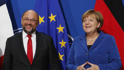 SPD leader Martin Schulz (L) and Chancellor Angela Merkel