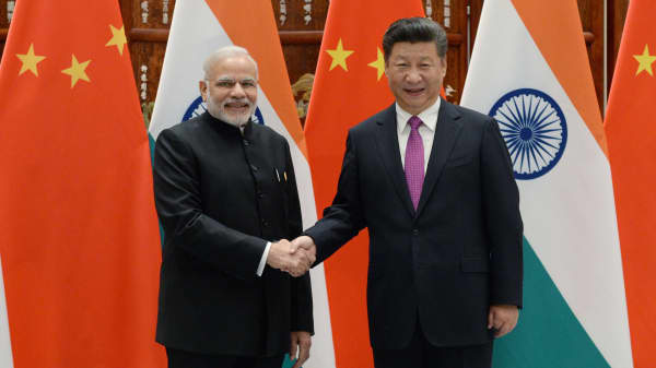 Indian Prime Minister Narendra Modi (L) shakes hands with Chinese President Xi Jinping (R) at a G20 summit on September 4, 2016 in Hangzhou, China.