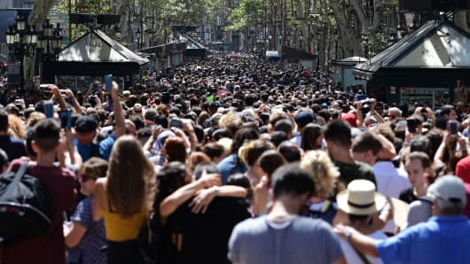 People crowd the Rambla boulevard after observing a minute of silence for the victims of the Barcelona attack at Plaza de Catalunya on August 18, 2017, a day after a van ploughed into the crowd, killing 13 persons and injuring over 100 on the Rambla in Barcelona.