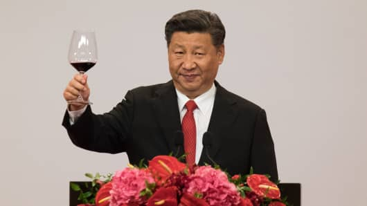 Xi Jinping, China's president, raises a glass to make a toast during a dinner banquet.