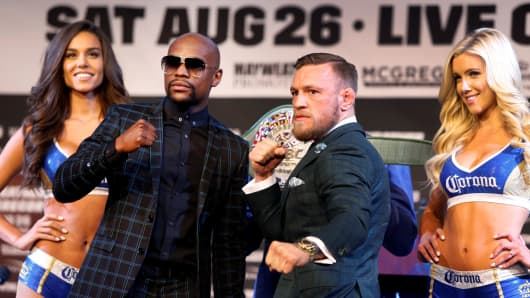Floyd Mayweather Jr. (L) of the U.S. and Conor McGregor of Ireland pose during a news conference in Las Vegas, Nevada on August 23, 2017.