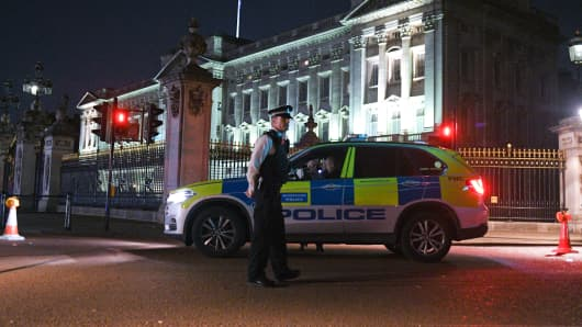 Police teams secure the roads behind a cordoned area following an apparent attack on two police officers at Buckingham Palace on August 25, 2017 in London, England. Two officers were slightly injured while arresting the man who was carrying a bladed weapon.