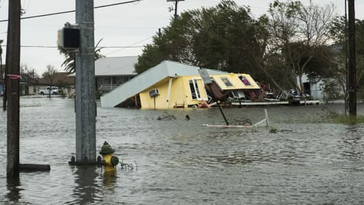 Hurricane Center: Danger Persists on US Gulf Coast Despite Weakening Harvey