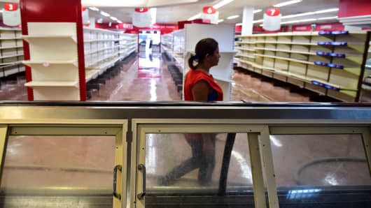 View of damages in a supermarket in Valencia, Carabobo State, on May 5, 2017, the day after anti-government protesters looted stores, set fire to cars and clashed with police, leaving at least five people injured, and one dead after being hit in the head by a projectile.
