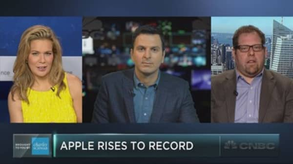 Apple hits a record high – and some see more gains ahead