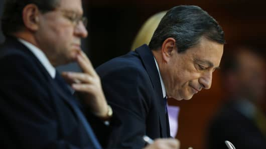 Mario Draghi, president of the European Central Bank (ECB), right, and Vitor Constancio, vice president of the European Central Bank (ECB), make notes during a news conference