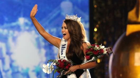 Miss North Dakota 2017 Cara Mund is crowned as Miss America 2018.