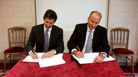 Virgin Orbit CEO Dan Hart and Cloud Constellation President Cliff Beek at the World Satellite Business Week in Paris, France sign an agreement for a dozen satellites.