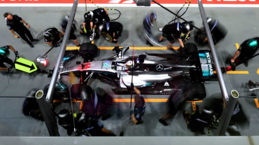 Mercedes's pit-crew changes the tyres of British driver Lewis Hamilton's car during the second practice session of the Formula One Singapore Grand Prix night race on September 15, 2017.
