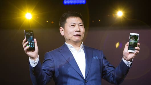 PREMIUM Richard Yu Huawei holding phones