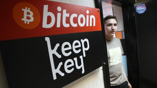 104729957-GettyImages-823868972-bitcoin.530x298.jpg?v=1506351907