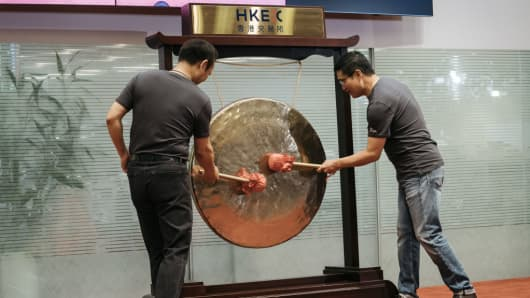 Yaping Ou, chairman of ZhongAn Online P&C Insurance, left, and Jeffrey Chen, CEO, strike a gong during the company's listing ceremony at the Hong Kong Stock Exchange in Hong Kong, China, on Thursday, Sept. 28, 2017.