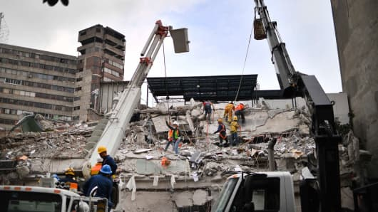 Rescuers search for survivors in a flattened building in Mexico City on September 21, 2017 two days after a strong quake hit central Mexico.