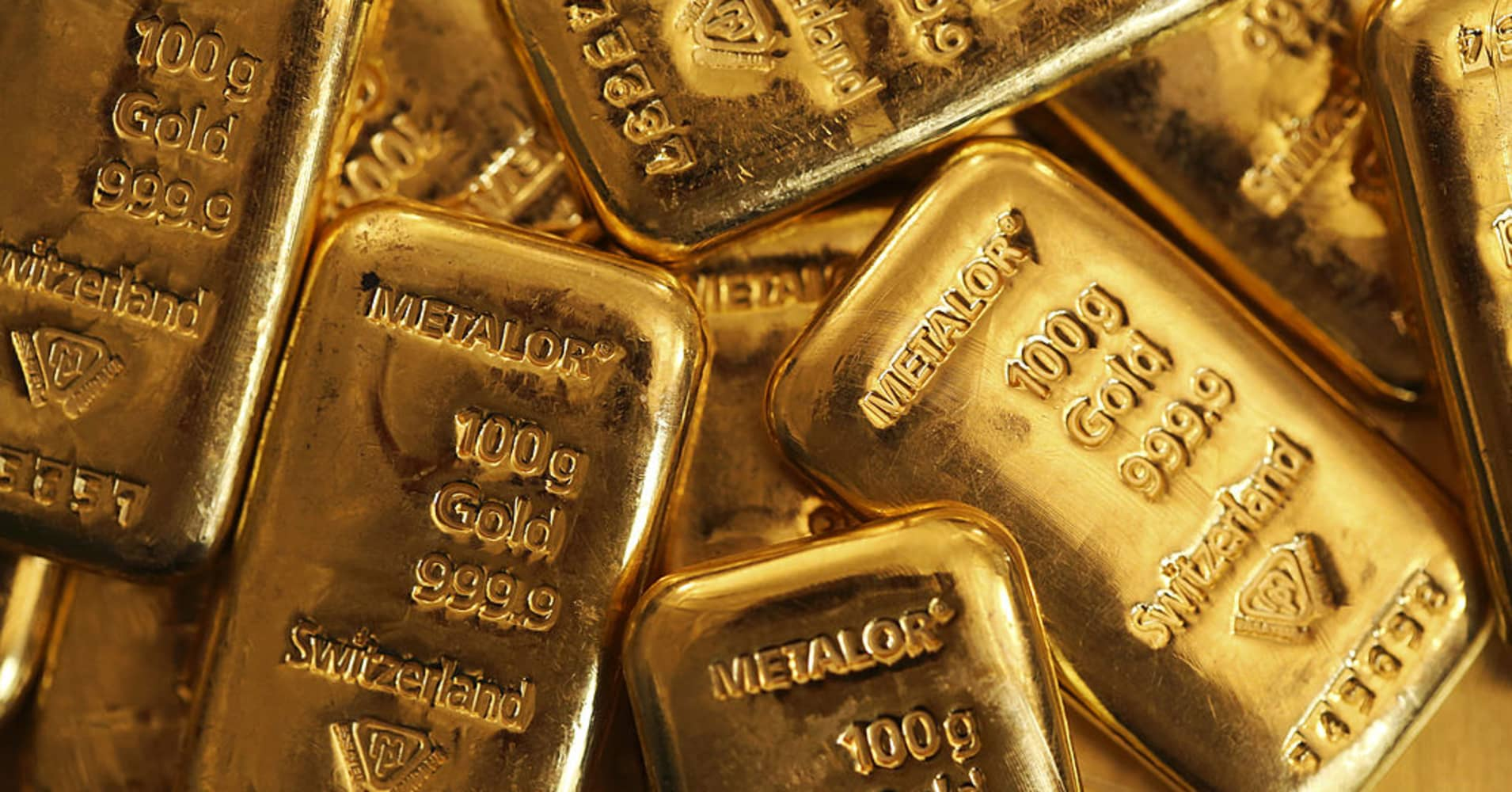 Gold hits near 7-week low as rising US yields lift dollar