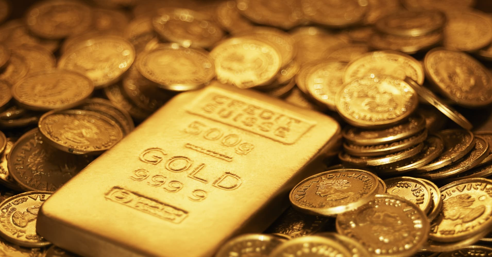 Gold hits seven-week low as rate hike expectations rise