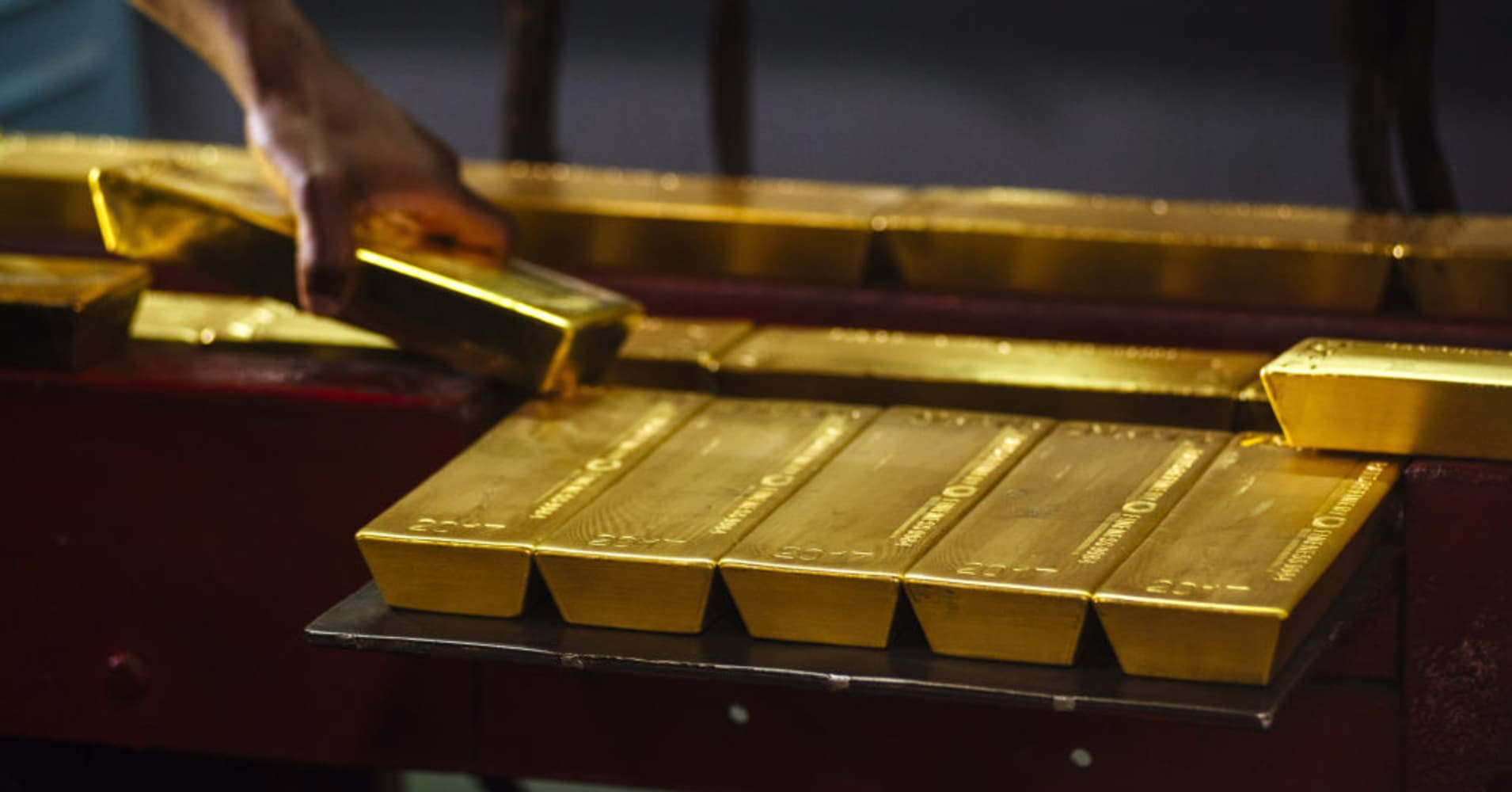 Investors keep gold and dollar in watch