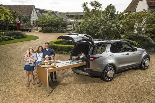 Chef and TV personality Jamie Oliver and Jaguar Land Rover have created the ultimate kitchen on four wheels highlighting the versatility of a Land Rover Discovery.