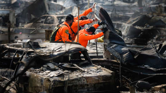 Search and Rescue personnel look for human remains in the Journey's End Mobile Home park following the damage caused by the Tubbs Fire on October 13, 2017 in Santa Rosa, California.
