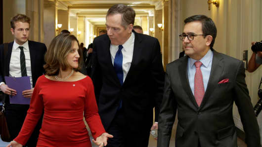 (L-R) Canadian Foreign Affairs Minister Chrystia Freeland, U.S. Trade Rep Robert Lighthizer and Mexican Secretary of Economy Ildefonso Guajardo Villarreal arrive at a joint news conference after a NAFTA trilateral ministerial press event in Washington, October 17, 2017.