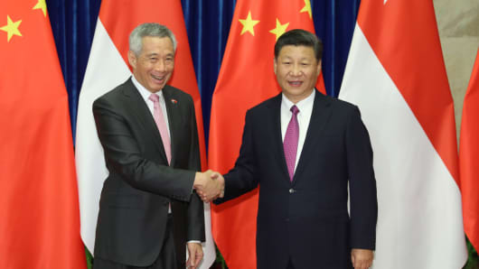 Chinese President Xi Jinping (right) meets with Singaporean Prime Minister Lee Hsien Loong at the Great Hall of the People on September 20, 2017 in Beijing, China.