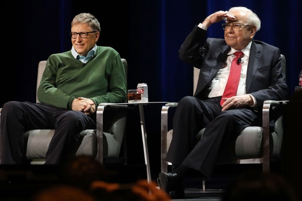Los multimillonarios Bill Gates y Warren Buffett hablan con la periodista Charlie Rose en un evento organizado por Columbia Business School el 27 de enero de 2017, en Nueva York.