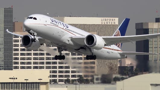 Airbus and boeing chase new orders at dubai airshow a boeing 787 dreamliner operated by united airlines takes off from los angeles international airport sciox Images